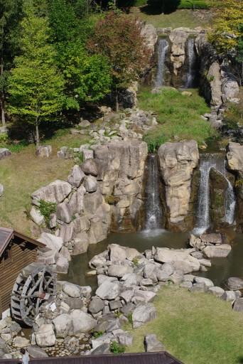 小川に滝もあって良い眺め