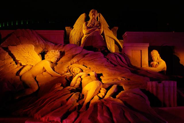 ライトアップされる砂像「都会に舞い降りた天使の物語II」, OSAKA 光のルネサンス2009にて