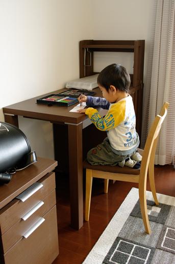 新しい学習机でお絵かきする弟