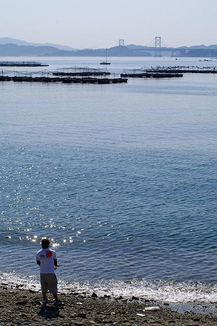 大鳴門橋を眺めて海釣りを楽しむ釣り人
