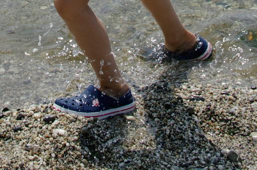渚のしぶきと crocs Crocband の写真(拡大)