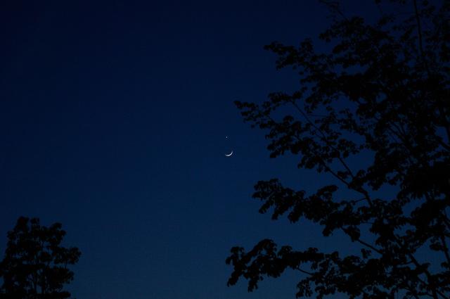 日没後の西の空に、三日月と金星の素敵な共演を見つけたときの写真